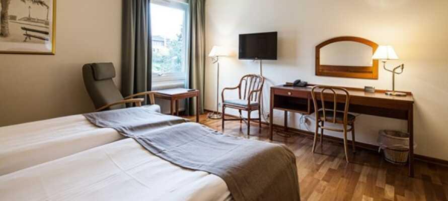 Alle Zimmer verfügen über ein eigenes Bad, einen Haartrockner, komfortable Betten, einen Schreibtisch und einen TV.