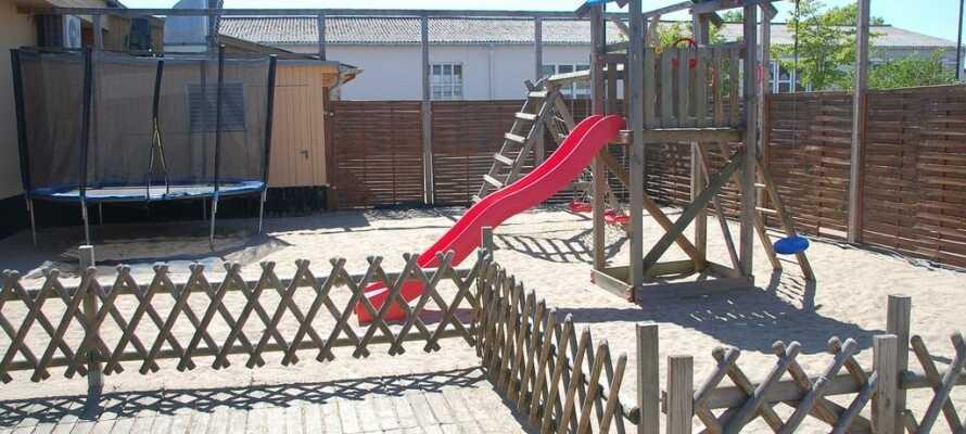 Dette er et barnevennlig hotell med lekeplass ute for de minste og flere spill inne.