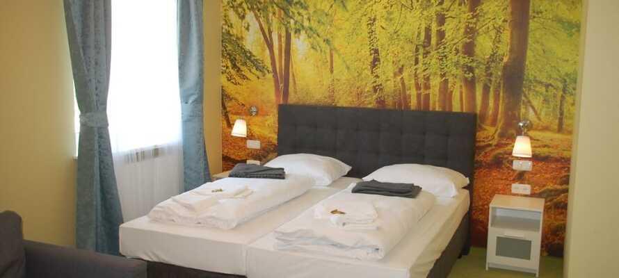 Die Zimmer sind farbenfroh und haben eine individuelle Prägung. Alle haben eigenes Bad und Toilette