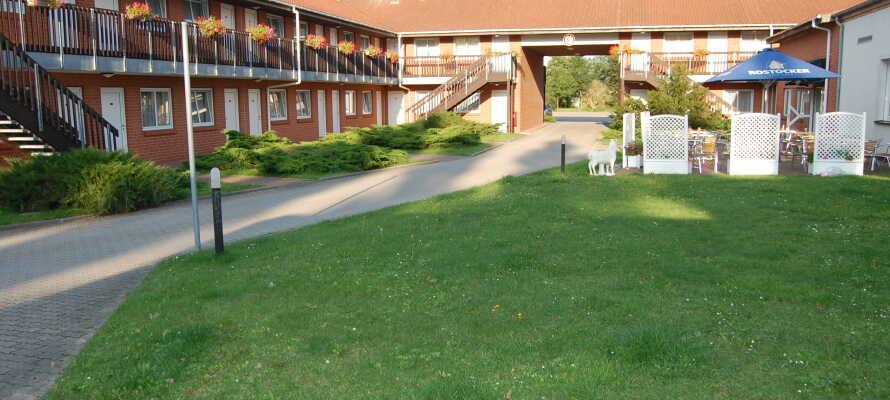Das Hotel Rostocker Tor befindet sich in einer ruhigen Umgebung und ist wie die bekannten Motels in den USA gebaut.