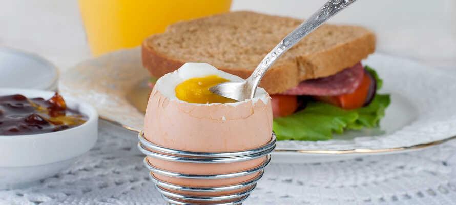 Hver morgen kan dere nyte en deilig frokostbuffé i de koselige omgivelsene på hotellet.