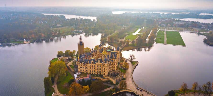 I bor ikke langt fra den smukke bundesland-hovedstad, Schwerin, hvor I bl.a. kan opleve det imponerende Schwerin Slot.