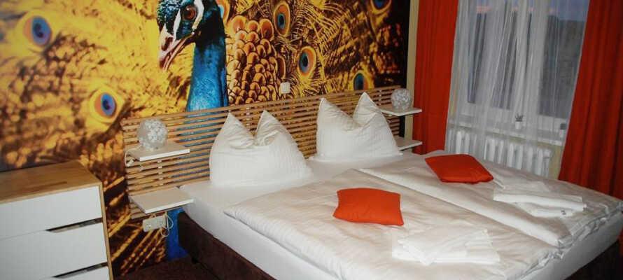 Alle Zimmer verfügen über ein eigenes Bad mit Dusche, Handtüchern und Haartrockner sowie einen Schreibtisch, ein Telefon und Sat-TV.