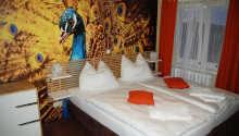 Hotellrummen är färgglada och modernt inredda