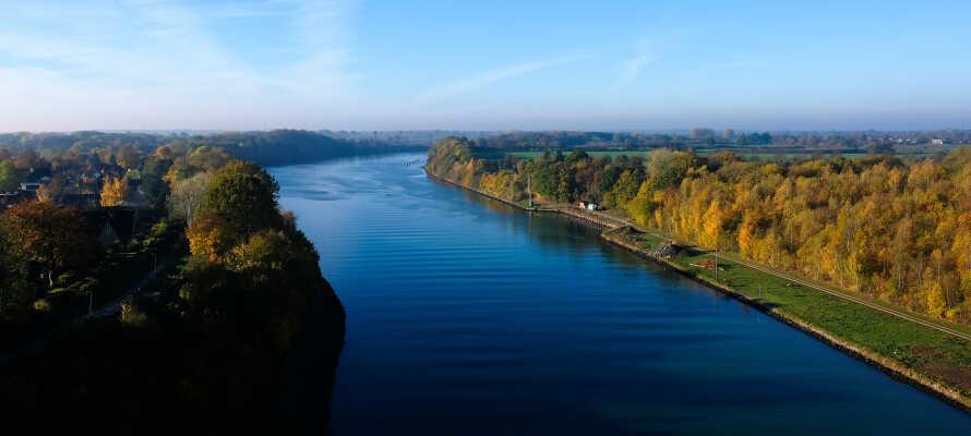 I bor tæt på Kielerkanalen, og har mulighed for at besøge både Kiel på østkysten og Husum på Vestkysten.