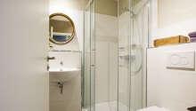 Samtliga rum är utrustade med eget badrum med hårtork och gratis toalettartiklar.