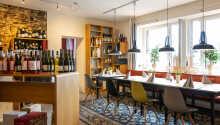Hotellet har sin egen vinhandel, hvor I finder et bredt udvalg af vine.