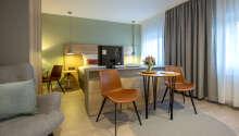 Hotellrummen är modernt inredda med bekväm möblering.