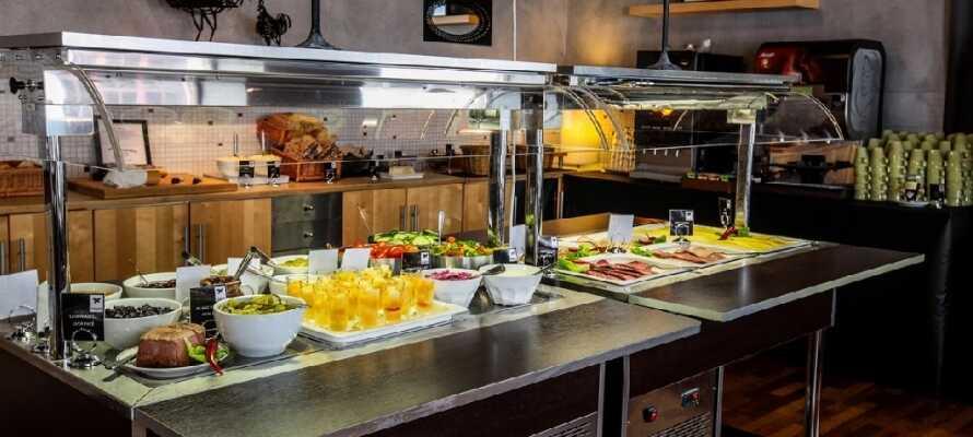 Start dagen med en frokostbuffe i hotellets hyggelige omgivelser.