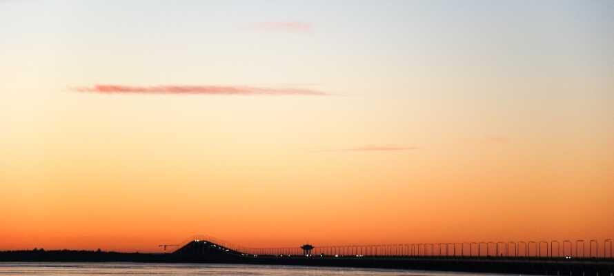 Ölandsbron är 6 km lång med slående vyer av kustlandskapet som ni kan njuta av under bilfärden till ön.
