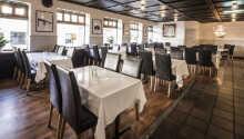Restaurant har god plads og serverer aftensmad mellem kl. 17.00 og 22.