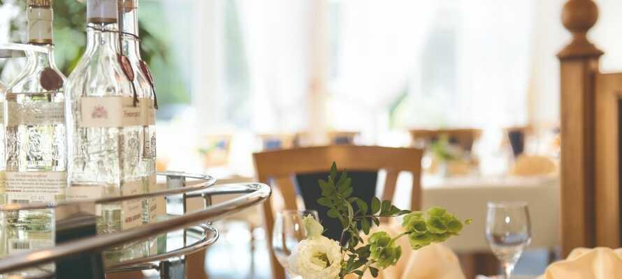 Hotellets restaurang serverar kulinariska  läckerheter i ljusa och trevliga omgivningar