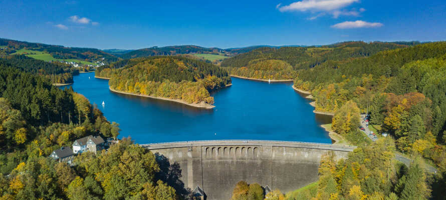Etwas außerhalb der Stadt können Sie den imposanten Damm der Aggertalsperre, der 230 Meter lang und 45 Meter hoch ist, erleben.