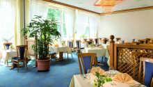 Das Victor's Restaurant bietet kulinarische Leckereien in heller und gemütlicher Umgebung an.