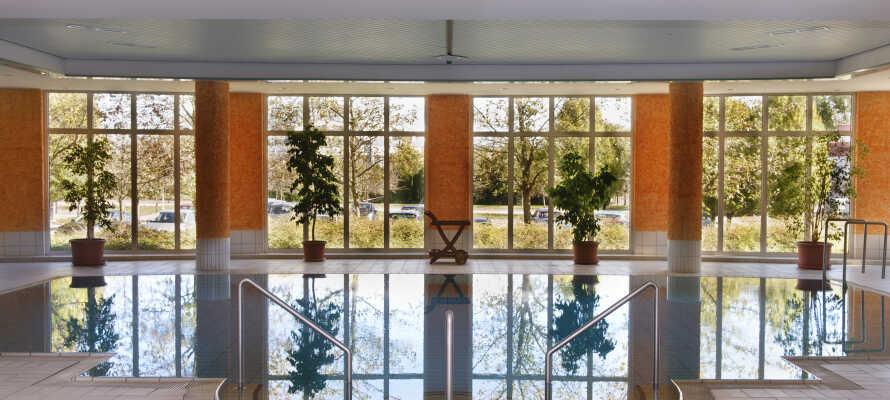 I har fri adgang til hotellets sauna, dampbad og den smukke swimmingpool omgivet af panoramiske vinduer fra gulv til loft.