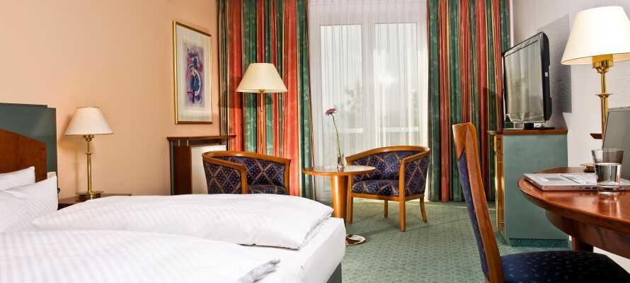 Hotellrummen är rymliga och ljust inredda med bekväma möbler och eget badrum.