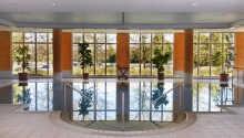 Hotellet har en lækker 30 m² swimmingpool med panoramiske vinduer fra gulv til loft.