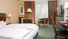 Hotellrummen är rymliga och ljust inredda.