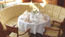 Avnjut god mat och dryck i hotellets trevliga restaurang.