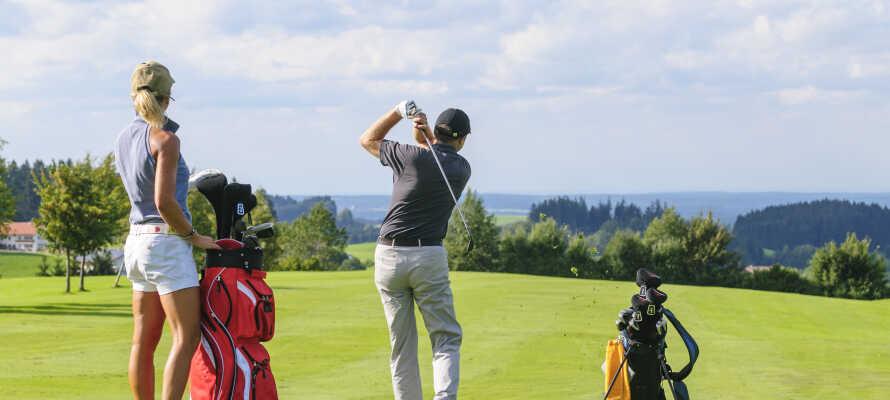 Der er flere golfbaner i nærheden, så glem ikke at pakke udstyret, hvis I  vil gå en runde.