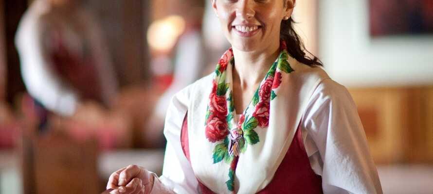 Her kan dere virkelig oppleve det tradisjonelle Dalarna med personalet kledd i folkedrakter.