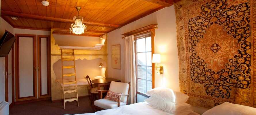 Hotellet har 100 værelser med traditionelle indretningsdetaljer og mange af værelserne har en skøn udsigt over Siljan-søen.
