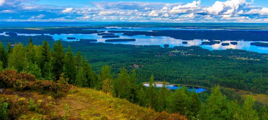 Hotellet ligger rett ved Siljan-sjøen og midt i Dalarnas vakre natur.
