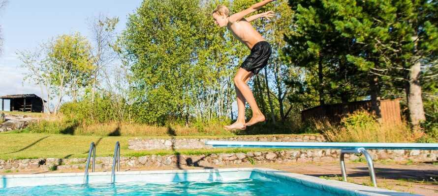 Hotellet har både utendørs svømmebasseng og tennisbane for gjester som ønsker en aktiv ferie i Sverige.