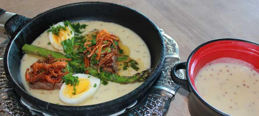 Kroens restaurant serverer gode og tradisjonelle danske retter, tilberedt med sesongens råvarer.