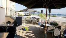 Slap af på den hyggelige terrasse og nyd udsigten