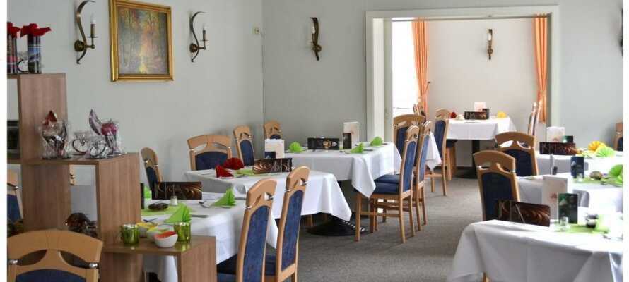 Aftensmaden serveres på nabohotellet Zum Harzer Jodlermeister hvor ejeren godt kan finde på at spille harmonika for gæsterne