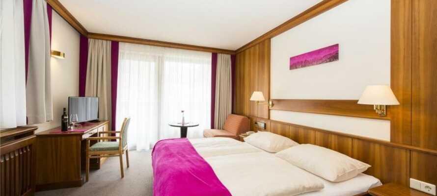 Hotellets værelser er moderne og stilfuldt indrettet, og sørger for I har en behagelig base for opholdet.