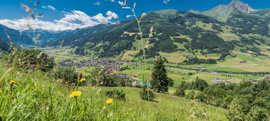 Samtlige værelser har egen balkon, hvorfra I har en skøn udsigt over bjergene i Hohe Tauern.