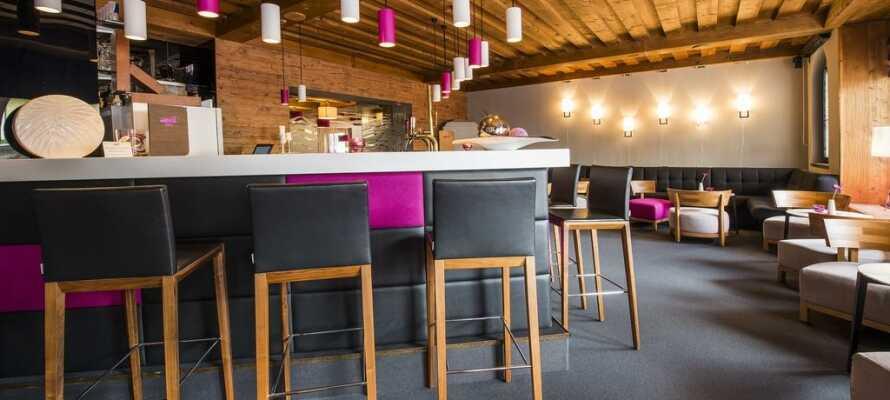 I hotellets bar og lounge kan I slappe af med en forfriskning og følge med i aktuelle sportsbegivenheder med SkyTV.