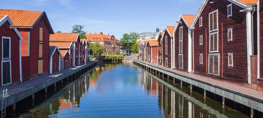 Besök stadens historiska sevärda platser som Fiskarstan, Köpmanberget och sjöbodarna vid Möljen.
