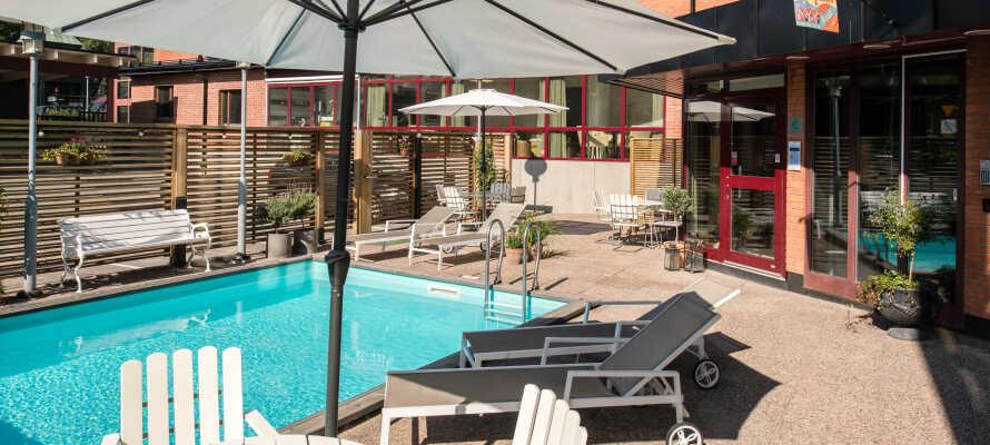 När vädret tillåter kan ni under sommarsäsongen sola och bada i hotellets utomhuspool.