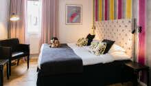 Hotellrummen är modernt inredda med bekväm möblering och fina färger.