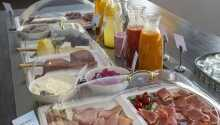 Das Frühstücksbuffet bietet eine breite Auswahl an Aufschnitt und Säften