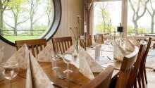 Nyd et måltid i hotellets restaurant og det er ikke kun maden som er god, også udsigten er sublim.