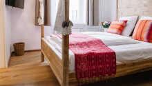 Die Zimmer haben einen TV, ein Badezimmer mit Haartrockner und Badewanne oder Dusche sowie exklusiven Bio-Pflegeprodukten.