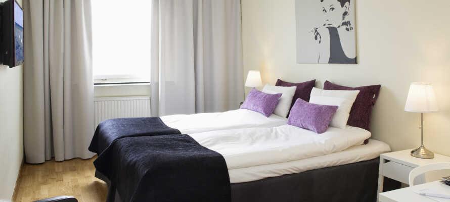 Hotellets nydelige værelser har nyrenoverede badeværelser og tilbyder hyggelige rammer og komfortable senge.