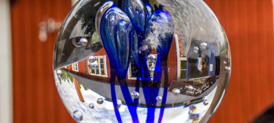 I bor tæt på 'Glasriket', hvor man har fremstillet mundblæst glas siden 1742, og  processen kan opleves helt tæt på.