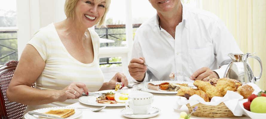 Hver morgen serverer hotellet en raus frokostbuffé, og på søndager går det an å oppgradere til hotellets populære søndagsbrunsj.