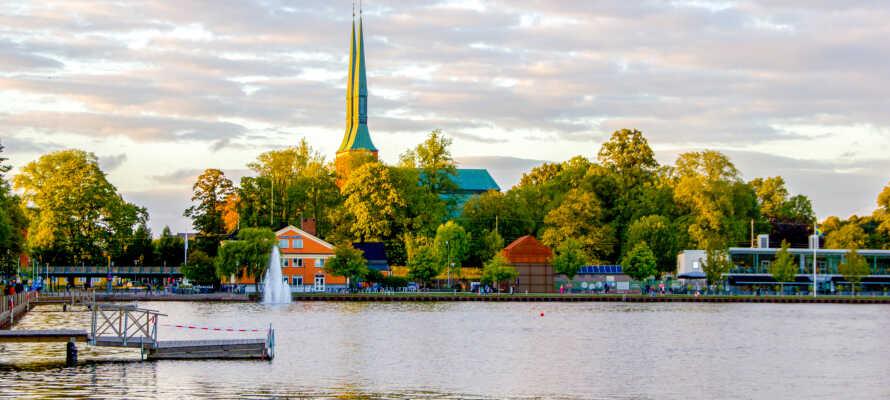 Nær hotellet frister Trummen midt i Växjö. Her er det fint å bade og en sykkelsti passerer Teleborg slott.