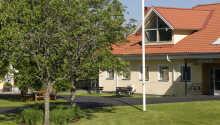 Das Hotel ist in einem alten Herrensitz eingerichtet und liegt in sehr ruhiger Umgebung mit Wald und See gleich in der Nähe.