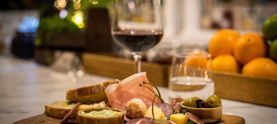 Hotellets hyggelige restaurant serverer gode aftenmåltider, og køkkenet har stor fokus på den høje kvalitet og anvendelsen af lokale produkter.