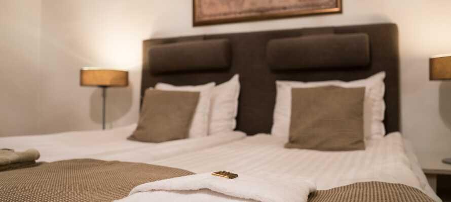 Hotellets værelser er alle individuelt indrettet og tilbyder moderne og behagelige rammer for en god nattesøvn.