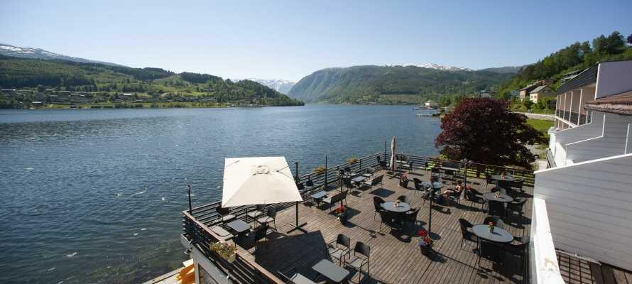 Strand Fjordhotel ligger direkte ved fjorden i den idylliske norske kystby, Ulvik.