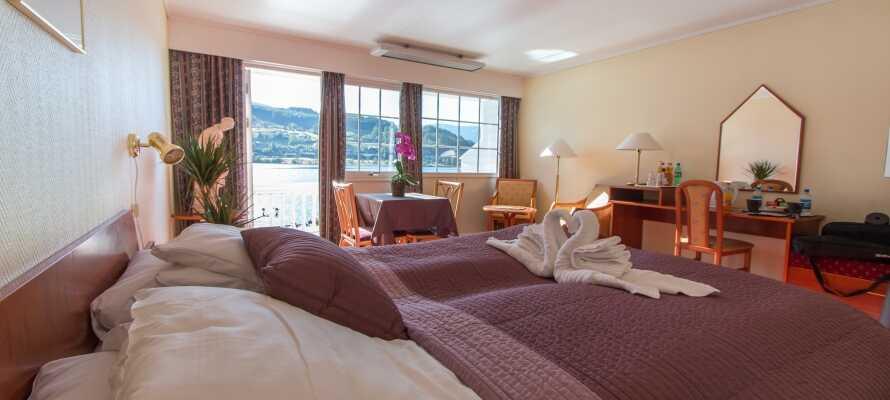Alle hotellets værelser har egen balkon eller terrasse med en skøn udsigt direkte over fjorden. Alle værelser har Jensen senge.
