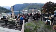 Nyd livet på den store terrasse lige ud til vandet.